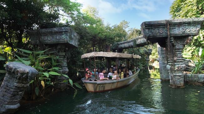 Jungle river cruise attractions hong kong disneyland for Dining at at t park