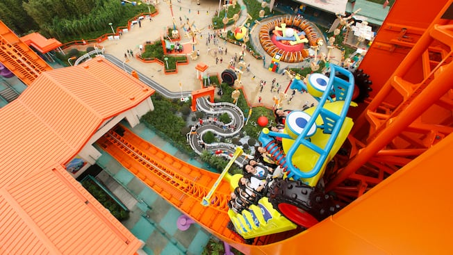 Rc racer attractions hong kong disneyland resort for Dining near at t park